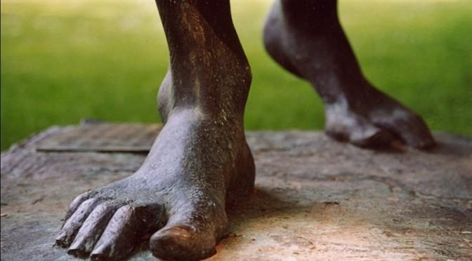 De pés descalços e subindo pelas escadas